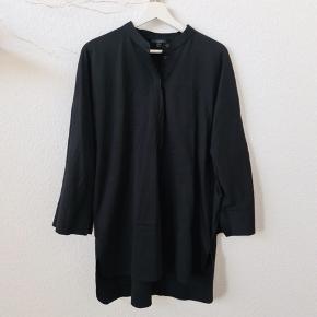 Smuk og klassisk skjorte fra COS 🖤  Str. M  Brugt få gange.   Fremstår som ny🌞  Mindstepris: 175 kr.