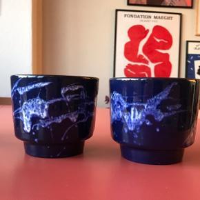 To stk. super smukke retro urtepotter i lækker mørkeblå farve 😍 perfekt til en sød plante. Stor størrelse haves også. Måler ca. 10 cm i højden, og 11,5 cm i diameter. God stand! Pris pr. stk.   Bemærk - afhentes ved Harald Jensens plads eller sendes med dao. Bytter ikke 🌸  🎀  Retro urtepotte potte urtepotteskjuler vase keramik wg tysk Germany west blå skjuler