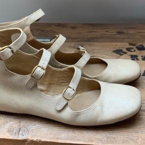 Super flotte og elegante sko i læder fra Chloé. Kun brugt to gange. Jeg bruger normalt 38 så en stor 38 eller lille 39