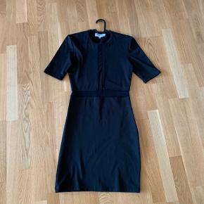 Blå tætsiddende cocktail kjole med ærmer   Fest galla  #30dayssellout #trendsalesfund