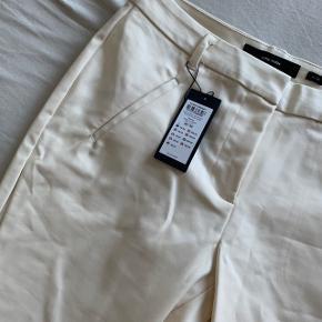 Helt nye bukser aldrig brugt og stadig med prismærke! Nypris 299 - køb dem for 280 inkl fragt - sælger fordi jeg ikke nåede at sende dem tilbage og de er for store til mig