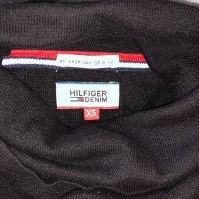 Klassisk Tommy Hilfiger sort højhalset sweater/trøje.  Fitter også en small. Trøjen er stadig lækker og i god kvalitet, den er dog en lille smule fnuldret, selvom den kun er brugt få gange💛💛  Jeg sælger blandt andet også ud af mærkerne: Zara, Wood Wood, Levi's, Arket, New Balance, ASOS, Weekday og Gestuz - og jeg giver mængderabat🌞