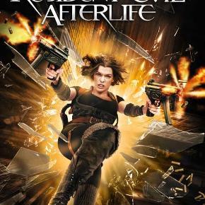 """Dvd film """" Resident Evil Afterlife """" Efter at Alice (Milla Jovovich) og hendes klonhær har stormet Umbrella Corporations hovedkvarter, besidder hun ikke længere sine overnaturlige kræfter. Nu er hun på flugt fra de blodtørstige zombier, som er ofre for  T-virussen, og genforenes med Claire Redfield (Ali Larter) og sin bror,   Chris (Wentworth Miller). De søger ly sammen med andre  overlevende i et forladt fængsel, hvor en hadefuld zombie-hob forhindrer dem i at nå frem til sikkerhed i """"Arcadia"""". Det kræver mindst et helt arsenal at slippe forbi de blodtørstige mutanter, men konflikten med Albert Wesker og Umbrella Corporation kommer til at  løfte kampen for overlevelse til et endnu højere fareniveau.  Mindstepris : 25 kr plus porto Porto er 37 kr. med DAO uden omdeling  MÆNGDERABAT VED KØB FRA FLERE KAN DEN KØBES MED FOR 22 KR PLUS EVT MER PORTO  TAG 5 DVD FILM FOR 110 KR PLUS PORTO  DER KAN VÆRE OP TIL 5 DVD FILM I PORTOEN TIL 37 KR MED DAO UDEN OMDELING  Bytter Ikke"""