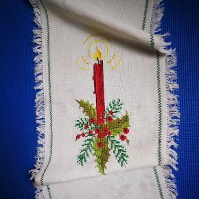 Vintage broderet løber fra 60s. Julemotive m lys. Bomuld. Måler ca 68 x 31 cm. God stand.