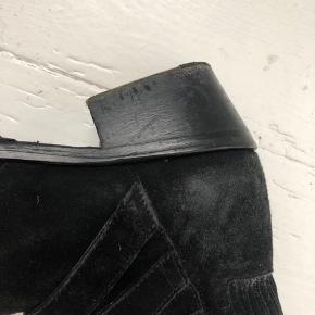 De klassiske buckle støvler i suede fra Toga Pulla. Brugt en del, men stadig i fin stand, se billeder. Pris sat derefter, men kan forhandles. Sendes eller afhentes på Østerbro