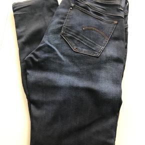 Lækre jeans model: Lynn Mid Skinny. Str. 29/30 Livvidde: 40X2 Indv. benlgd. 77 cm Der er god stræk i. Bytter ikke.