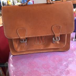 Hej sælger denne super fede kernelæder skoletaske, den har en plet bag på og ellers små tegn på brug men det gør den mere lækker, kernelæder forandrer farve med årene derfor den billige pris,der er remme til skulder og ryk. Du må gerne komme med et seriøst bud