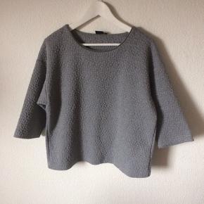 InWear - 3/4 ærmet sweater Str. 38 Næsten som ny Farve: grå Lavet af: 84% polyester, 14% viscose og 2% elasthan Style: Culi Mål: Brystvidde: 112 cm hele vejen rundt Længde: 60 cm Køber betaler Porto!  >ER ÅBEN FOR BUD<  •Se også mine andre annoncer•  BYTTER IKKE!
