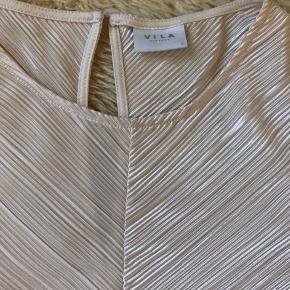 Smuk bluse med masser af stretch. Ingen slid, pæn stand.   40,- + fragt.  Bytter ikke.  💸 Ved køb af flere tøjannoncer giver jeg god rabat, hvis du køber 3 dele 😍