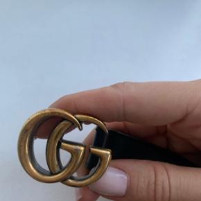 Gucci bælte str. 80. Dustbag, kvittering og Gucci pose medfølger. Der er få tegn på slid på logo, se billeder. Pris er sat her efter.