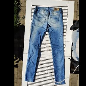 Aldrig brugte jeans fra Diesel i en super flot blå farve. Størrelsen er W25 L32. Modellen hedder Diesel Grupee Super Slim Skinny Low Waist. Jeg har flere flotte jeans og shorts fra Levi's og Diesel til salg.  Lige nu: Ved køb af denne vare, kan der (GRATIS!) vælges et ubegrænset antal af varer i min shop, der koster 80 kr. eller mindre!  25 32 bukser Diesel jeans W25 L32 blå 25/32