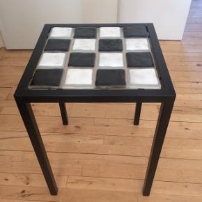 Unikt stålbord med glasplade jeg selv har lavet. Glaspladen kan skiftes ud med andre plader, fx. En flot marmorplade mv.