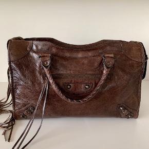 Smuk Balenciaga City i brun, tasken har et lille mærke foran ellers er den i virkelig god stand🌸