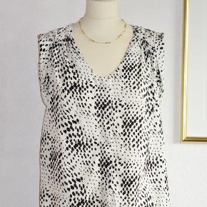 Silkebluse: hvid m sort print.  Brystvidde: 55 cm x 2 Hoftevidde: 53 cm x 2 Længde: 63   Ingen byt, og prisen er fast