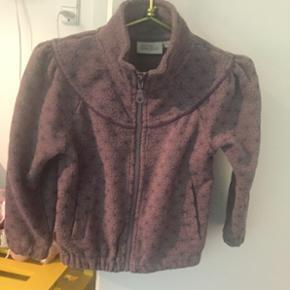 Virkelig sød og velholdt fleecetrøje fra Bon'a parte. Lyngfarve. Kommer fra et dyre- og røgfrit hjem.