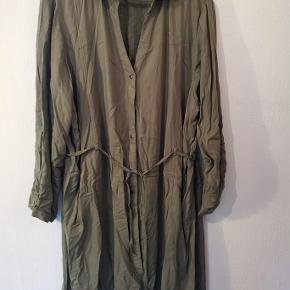Army grøn storskjorte i viscose med bindebånd i taljen. 100% Viscose Længde : 109 cm Bryst : 140 cm