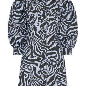 Sælger denne kjole fra ganni. Brugt omkring 4 gange, fejler intet. Kan passes af en 36 + 38  Bytter IKKE