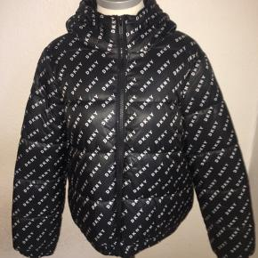 Sort puffer jakke fra dkny sport med all over logo print i hvid. Med hætte og størrelse medium.