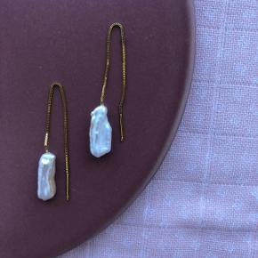 Smukke elegante øreringe med aflang ferskvandsperle❤️ laves i Sterling sølv og 18 karat forgyldt Sterling sølv. Laves efter ønske og der er mulighed for at tilføje farvede sten på også