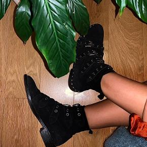 Sælger mine højt elskede notabene støvler hvis rette bud kommer. De er af 100% ruskind med de her super fede spænder. Nypris var 2800kr  Ingen tegn på slid, skindet skal blot børstes med en ruskindsbørste.  Købt i sommeren 2019, originale æske haves stadig.  Mp 1100 kr
