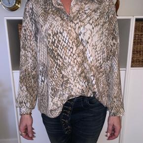 Helt ny skjorte med 'slangeprint' sælges, får ikke gået med den.
