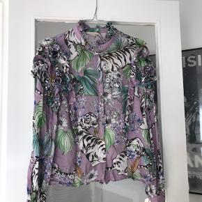 Smuk bluse fra H&M. Str 40 men lidt lille i størrelsen.