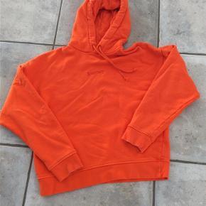 Varetype: Hoodie Farve: Orange Prisen angivet er inklusiv forsendelse.  Fed Samsøe & Samsøe hoodie str xs Ikke ryger Sender gerne flere billeder BYD