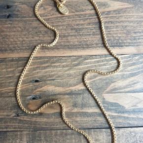 Simpel flot kæde fra Dyrberg Kern  Kun prøvet på - den er uden vedhæng  Det er ikke ægte guld :-)