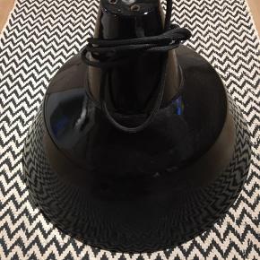 Original værkstedslampe i sort emalje med hvid indeni. Lille afslag på kanten - se det sidste billede. Kommer med sort stofledning og pære. Kan afhentes i Hou ved Odder eller i Aarhus C