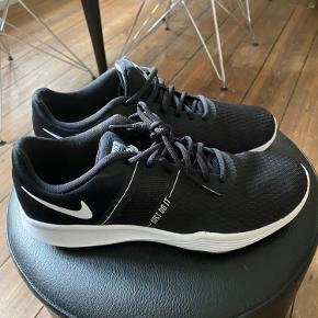 Helt nye Nike sneakers. Købt for 14 dage siden. Kun brugt én gang. Ny pris 500kr.