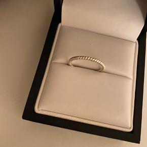 Simpel ring fra Pernille Corydon. Der står ikke str. i, men vil vurdere det er en str. 53☺️