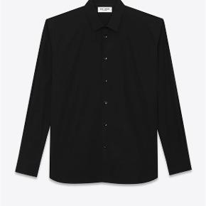 Varetype: Silke Skjorte Størrelse: 37 Farve: Sort Oprindelig købspris: 5000 kr. Kvittering haves. Prisen angivet er inklusiv forsendelse.  Silke skjorte fra Saint Laurent.   Størrelse 37. Fitter løst i størrelsen. Perfekt til en strørrelse Small.  Super lækker og luksuriøst i materialet. Perfekt til skinny jeans. Fremstår i perfekt stand.  Købt i Paris og sælges i perfekt købt stand med original tag samt kopi af kvittering.   Nypris 5.000kr Sælges for 3.000kr inkl forsendelse.