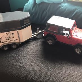 Bruder Jeep med hestetrailer. Motorhjelm og døre kan åbne - bagklap på jeep mangler.