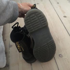 Brugt to gange - de fedeste helt sorte shiny Dr. Martens støvler. Sælger da jeg ikke føler jeg får dem på.