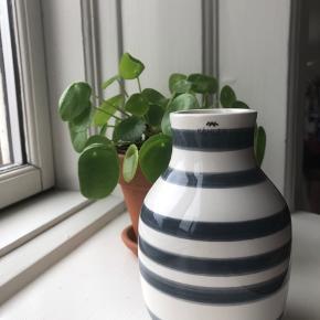 Kähler Omaggio i mørkegrå. 12,5 cm.   Vasen er i rigtig god stand, intakt og kun brugt få gange med blomster.   Den perfekte værtindegave. Den fine, mørkegrå farve passer ind overalt.   Sendes ikke.