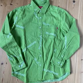 Supreme skjorte fra AW 18 Stort set aldrig brugt da den er for lille.   Bor i Odense.