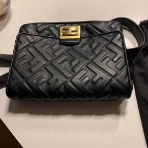 Fendi bæltetaske sælges, kostede 2600 euro, kun brugt 2 gange, så den er i perfekt stand. Det der er på billederne følger med. Køber betaler porto, hvis skal sendes ellers kan I hente den hos mig.