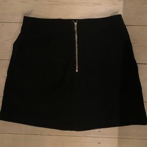 Super sød nederdel, med strech. Har to for lommer, skriv for at se på
