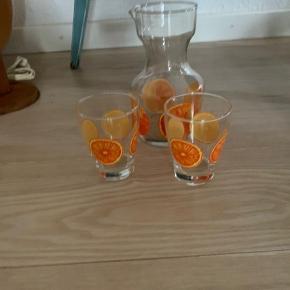 Kande med to skønne glas med appelsinskiver på , lige til en sommerdrik på altanen eller terrassen   Sælges samlet 95kr mp  Ren RETRO   Er i Randers pt   Til salg på flere sider