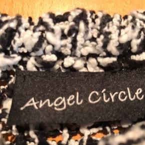 Dejlig varm bluse, som bruges over langærmet t shirt. Strikket på meget stor pind-på tværs. Falder flot