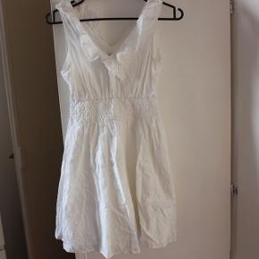 Fin hvid sommerkjole i str. 13-14 år - brugt meget få gange