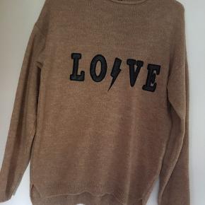 Sweater fra Stradivarius. Købt i Marokko. Brugt få gange, i pæn stand. Kan sendes på købers regning eller hentes i Helsingør eller på Frederiksberg.