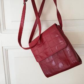 Rigtig fin vintage taske med dyreprint i rød, lang justerbar strop