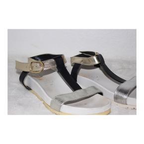 Sandaler fra repo i størrelse 37 med guld og sølv detaljer.  Nyprisen var 599kr.