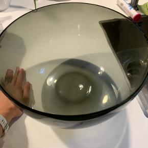 Stor skål i grå transperant glas.  Husker ikke nypris men omkring 1000-1200kr  Byd