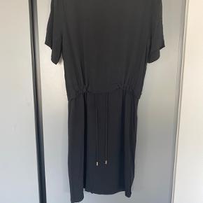 Fin kjole med snor i taljen. Ingen brugsspor.