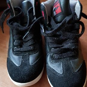 KANGOROOS STR. 35  Sorte ankel støvler  Brugt 1-2 gange få timer. Sålen er stadig næsten som ny og selve skoen fejler intet.  Sender med DAO på KØBERS regning