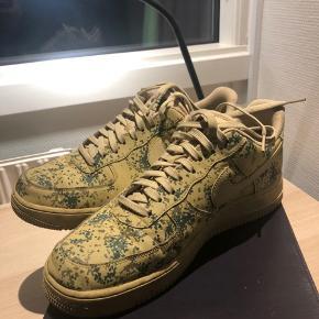 Sælger Mine Nike Air Force da jeg ikke rigtig kan passe dem. De str 44, og aldrig sådan rigtig brugt.  De er vold fede, og man får mange komplimenter når man går med dem haha ;)   De hedder Nike Air Force 1 '07 LV8 Camo  Prisen kan forhandles