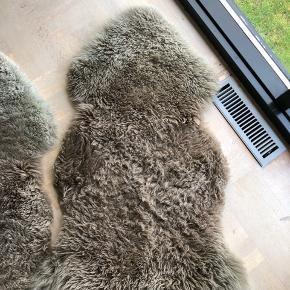 6 x 100% langhåret naturlige fårskind fra Natures Collection. Lækker kvalitet, fortsat super fine og virkelig fede at have til at liggende i en stol eksempelvis.  Nypris var 700kr pr. Stk.   De kan afhentes i Horsens, i Århus (efter aftale) eller sendes på købers regning.