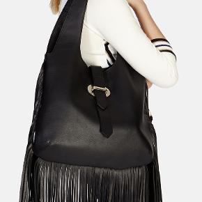 Sort lædertaske med frynser fra Karen Millen, limited edition. 39 cm x 31 cm x 10 cm. 1 stort rum, mobiltelefonrum og 1 lomme med lynlås. Ny, med alle mærker og dustbag.